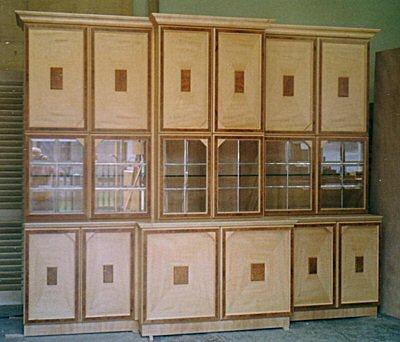 Einzelmöbel für Privatkunden mit Intarsien und Wurzelfurnier